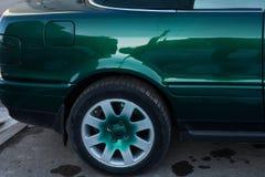 Zamyka w górę tylni koła dobra zieleń sportów samochód, Tylni koła przejażdżka zdjęcie royalty free