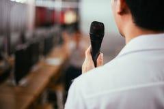 Zamyka w górę tylni męskiego biznesmena mówi wykład mówi wydarzenie w małym pokoju publicznie i robi zdjęcia stock