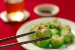 Zamyka w górę używać chopsticks chwyta chińczyka kluchę Obraz Stock
