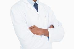 Zamyka w górę w połowie sekci męska lekarka z rękami krzyżować Obraz Stock