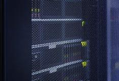 Zamyka w górę widok siatki drzwi nowożytny komputer mainframe w zaawansowany technicznie interneta centrum danych abstrakcie Serw obrazy stock