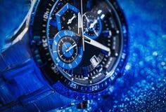 Zamyka w górę widoku ładny mężczyzna ` s wristwatch fotografia royalty free