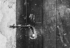 Zamyka w górę widoku żelazny kędziorek na wietrzejącym drewnianym drzwi Zdjęcie Stock