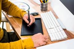 Zamyka w górę widoku biznesmen używać pastylki grafikę obrazy stock