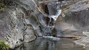 Zamyka w górę widoku czysty strumienia bieg w staw zbiory wideo