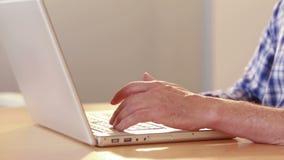 Zamyka w górę widoku gniewny przypadkowy biznesmen używać laptop zbiory