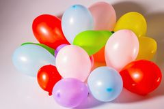 Zamyka w górę widoku kolorowi balony odizolowywający Piękny przyjęcie, holiday/świętowanie, urodzinowi tła/ obrazy royalty free