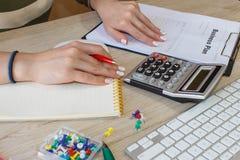 Zamyka w górę widoku księgowa lub pieniężne inspektorskie ręki robi raportowi lub sprawdza równowagę, cyrklowanie Obraz Stock