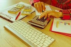 Zamyka w górę widoku księgowa lub pieniężne inspektorskie ręki robi raportowi lub sprawdza równowagę, cyrklowanie Zdjęcie Stock