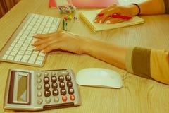 Zamyka w górę widoku księgowa lub pieniężne inspektorskie ręki robi raportowi lub sprawdza równowagę, cyrklowanie Obraz Royalty Free