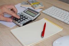 Zamyka w górę widoku księgowa lub pieniężne inspektorskie ręki robi raportowi lub sprawdza równowagę, cyrklowanie Domów finanse,  Obrazy Royalty Free