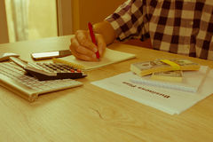 Zamyka w górę widoku księgowa lub pieniężny inspektor ręk robić Obraz Stock
