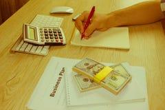 Zamyka w górę widoku księgowa lub pieniężny inspektor ręk robić Zdjęcie Stock