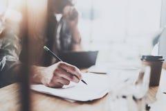 Zamyka w górę widoku męski ręki mienia ołówek i robić notatka notatnikowi Coworker przy pracować proces horyzontalny zamazany Zdjęcia Stock