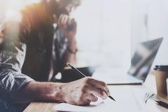 Zamyka w górę widoku męski ręki mienia ołówek i robić notatka notatnikowi Coworker przy pracować proces horyzontalny zamazany Zdjęcie Royalty Free