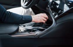 Zamyka w górę widoku młody człowiek jedzie samochód Zaczyna podróż służbową Próbna przejażdżka nowy samochód obrazy royalty free