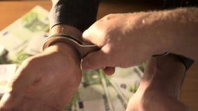 Zamyka w górę widoku milicyjni kładzenie kajdanki zbiory wideo