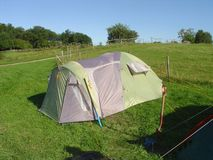 Zamyka w górę widoku odizolowywającego na zieleni pola tle namiot Piękni tła Turystyka, outdoor/freetime pojęcie/ obraz royalty free