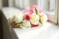 Zamyka w górę widoku przy jaskrawym wiankiem róże na windowsill obraz royalty free