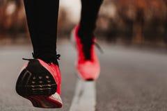 Zamyka w górę widoku samiec biegacza trenery biega na drodze Niski punkt widzenia Sporty outdoors zdjęcie royalty free