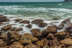 Zamyka w górę widoku seascape z hard rock i fala wciąż, Kailashgiri, Visakhapatnam, Andhra Pradesh, Marzec 05 2017 obraz stock
