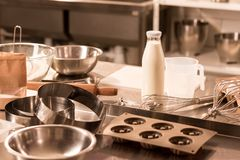zamyka w górę widoku składniki dla ciasta i kuchni naczyń na kontuarze w restauraci obrazy royalty free