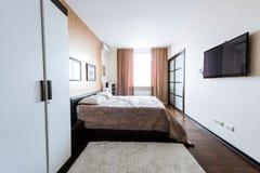 zamyka w górę widoku ustawiona elegancka sypialnia z szafą obrazy stock
