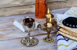 Zamyka w górę wigilii passover passover żydowskiego wakacyjnego matzot i tallit namiastka dla chleba na Żydowskim Passover zdjęcie stock