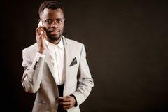 Zamyka w górę wizerunku Afro facet z mądrze telefonem Obrazy Royalty Free