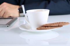 Zamyka w górę wizerunku filiżanka kawy z ciastkami biznesowego mężczyzna worek zdjęcie stock