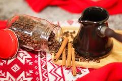 Zamyka w górę wizerunku Kawowe fasole, cynamon, turek, czerwony knitwear na drewnianym tle Wieczór bożenarodzeniowy tło zdjęcia royalty free