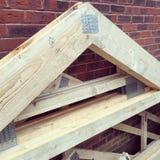 Zamyka w górę wizerunku niektóre dachowi trusses stojący na placu budowy Obraz Stock