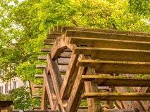 Zamyka w g?r? wizerunku stary tradycyjny drewniany millwheel zdjęcia stock