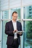 Zamyka w górę wizerunku trzyma cyfrową pastylkę biznesowy mężczyzna, portret Obraz Stock