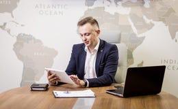 Zamyka w górę wizerunku trzyma cyfrową pastylkę biznesowy mężczyzna, portret Zdjęcia Stock