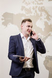 Zamyka w górę wizerunku trzyma cyfrową pastylkę biznesowy mężczyzna, portret Zdjęcie Royalty Free