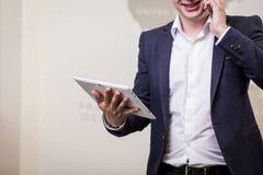 Zamyka w górę wizerunku trzyma cyfrową pastylkę biznesowy mężczyzna, portret Zdjęcia Royalty Free
