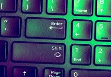 Zamyka w górę wizerunku Zielona purpurowa klawiatura z Wchodzić do klucz fotografia stock