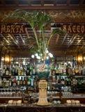 Zamyka w górę wnętrza historyczny sklep z kawą, Cukierniany Mulassano, Turyn Włochy Kawiarnia dekoruje w sztuki Nouveau stylu fotografia stock