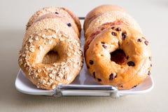 Zamyka w górę Wyśmienicie Bagel chlebów na Białej tacy Zdjęcia Stock