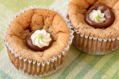 Zamyka w górę, wysokiego kąta widok domowej roboty, wyśmienicie mini cheesecakes z hazelnut kakao rozszerzaniem się piec w s obrazy royalty free