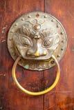 Zamyka w górę Złotego Chińskiego Starego drzwi Fotografia Royalty Free