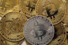 Zamyka W górę Złotego i srebnego Bitcoin, Selekcyjny Skupiający się Elektronicznego pieniądze I finanse pojęcie Zdjęcia Royalty Free