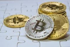 Zamyka W górę Złotego i srebnego Bitcoin, Selekcyjny Skupiający się na wyrzynarki ziemi Elektronicznego pieniądze I finanse pojęc Obraz Stock