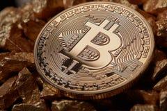 Zamyka w górę złotej bitcoin monety na kopu złociste bryłki Cryptocurrency pojęcie Fotografia Royalty Free