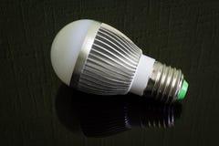 Zamyka w górę Dowodzonej lampy na czarnej odbija powierzchni horyzontalny Fotografia Stock