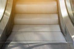 Zamyka w górę eskalatoru kroka Zdjęcia Royalty Free