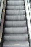 Zamyka w górę eskalatoru kroka Obrazy Royalty Free