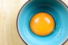 Zamyka w górę jajecznego yolk w pucharze na drewnianym stole Zdjęcia Royalty Free