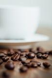 Zamyka w górę kawowych fasoli na drewnie Obraz Royalty Free
